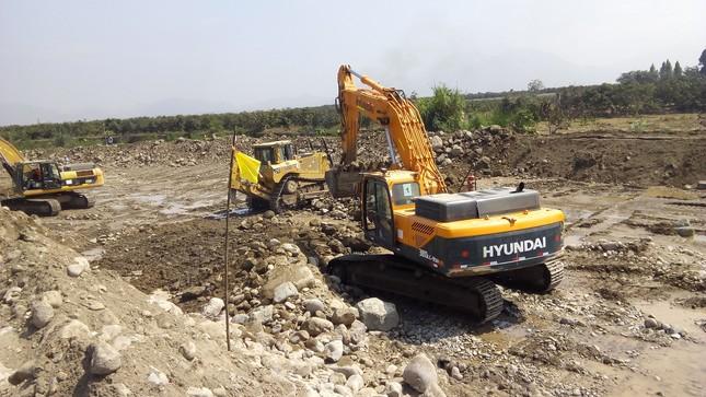 Standard escavadora mueve materil granular con roca grande 1