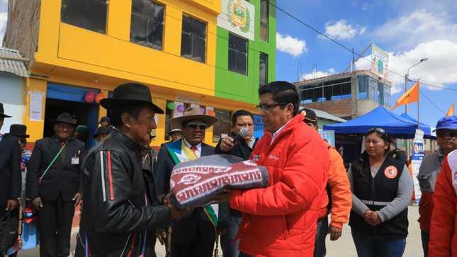 Ministro Vicente Zeballos lideró campaña de acción social  ante bajas temperaturas en distrito puneño de Capaso