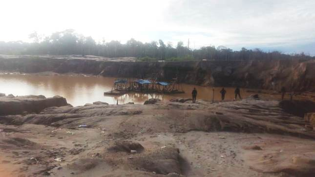 Policía Nacional destruye equipos utilizados por mineros ilegales en Madre de Dios