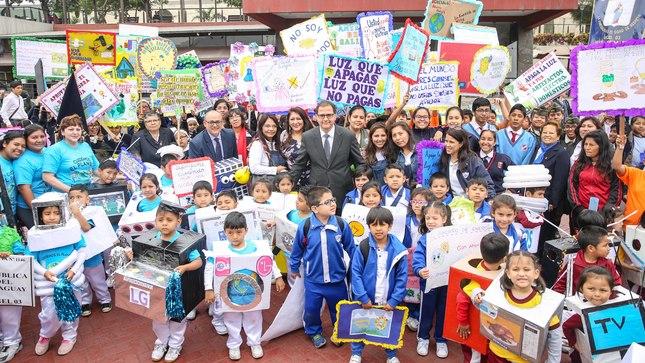 Escolares celebraron el Día Nacional del Ahorro de Energía con un colorido pasacalle en el Parque de La Muralla